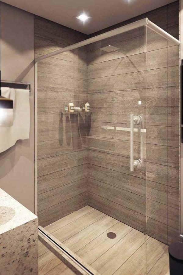 Porcelanato amadeirado no banheiro moderno