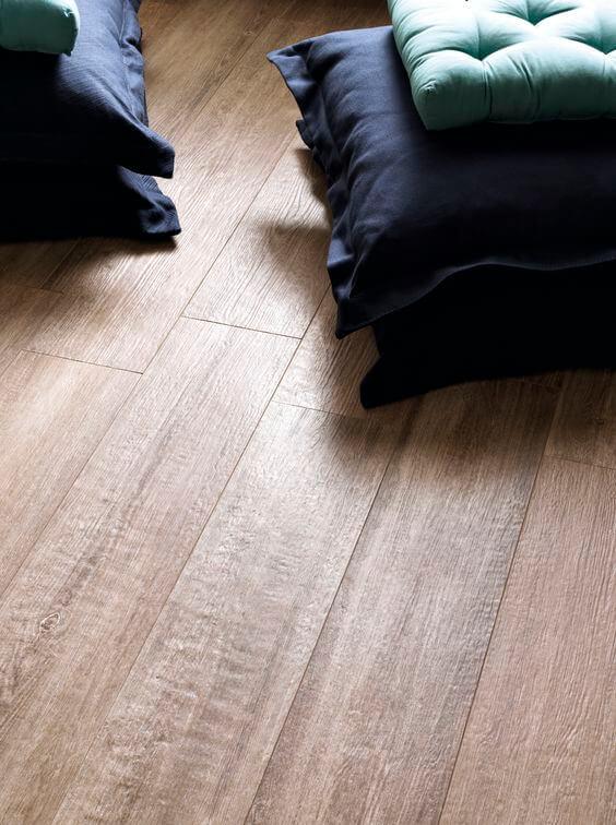 Sala com porcelanato de madeira