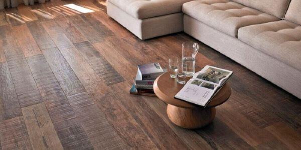 Porcelanato amadeirado escuro com sofá bege