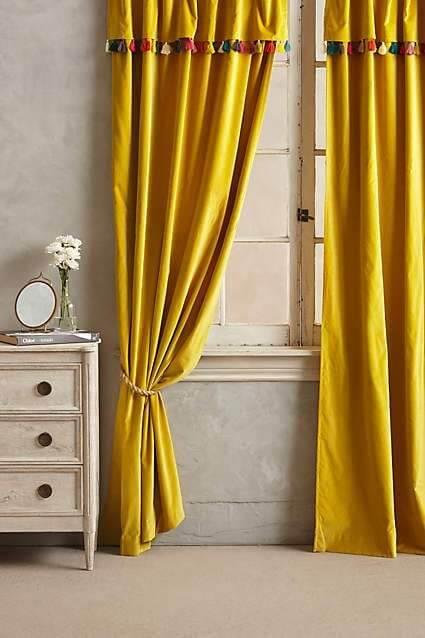 Cortina amarela em destaque no ambiente