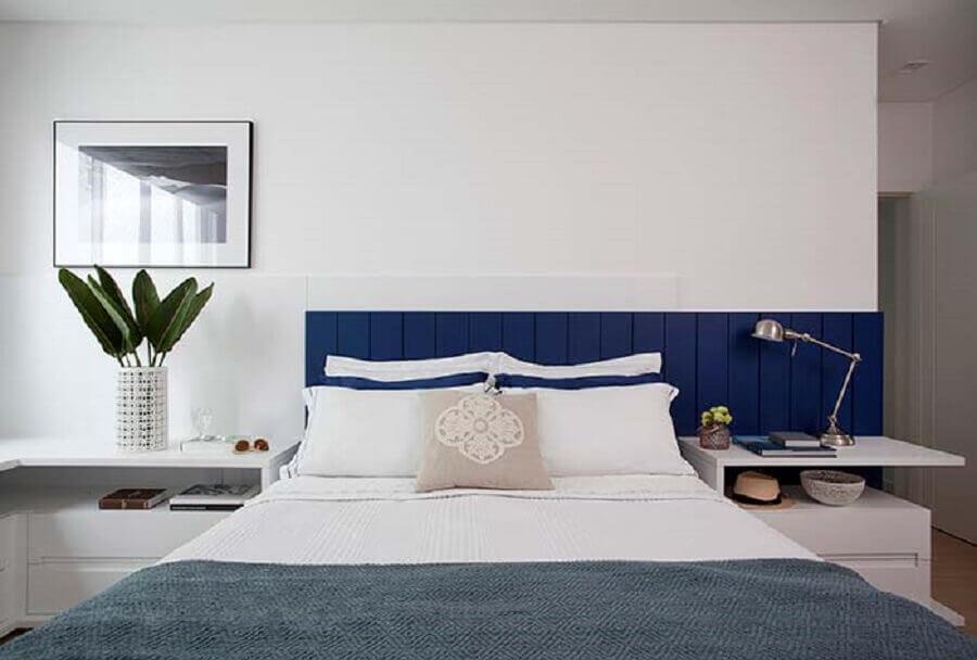 quarto branco planejado com cabeceira casal azul  Foto Juliana Pippi