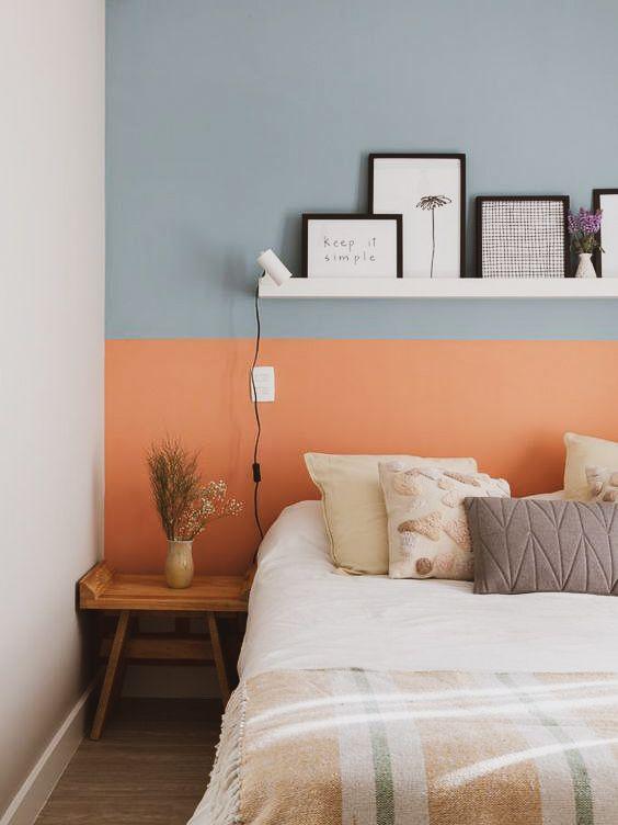 Quarto com cama box casal com parede azul e coral