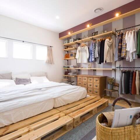 Quarto com closet aberto com palets