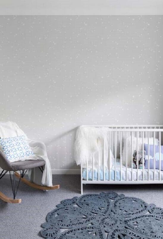 quarto de bebê cinza decorado com tapete de crochê Foto Pinterest