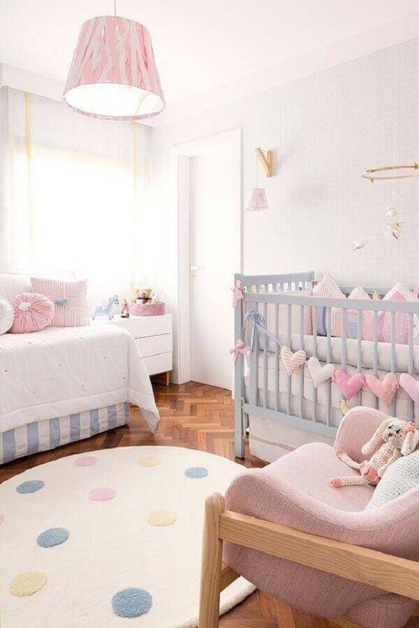 quarto de bebê decorado em tons pastéis com tapete redondo Foto Pinterest