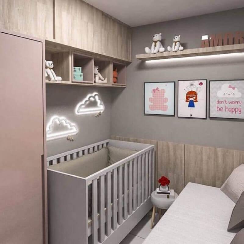 quarto de bebê pequeno planejado em cinza e rosa com detalhes em madeira Foto Revista VD