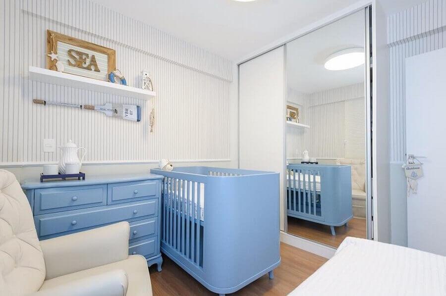 quarto de bebê planejado azul e branco com papel de parede listrado Foto Webcomunica