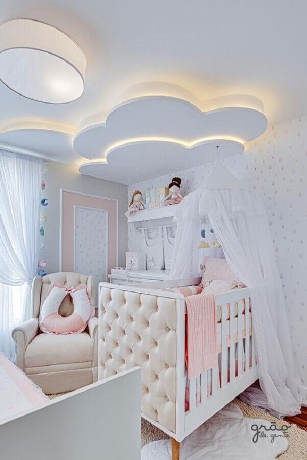 quarto de bebê planejado feminino com detalhe em formato de nuvem no teto Foto Grão de Gente