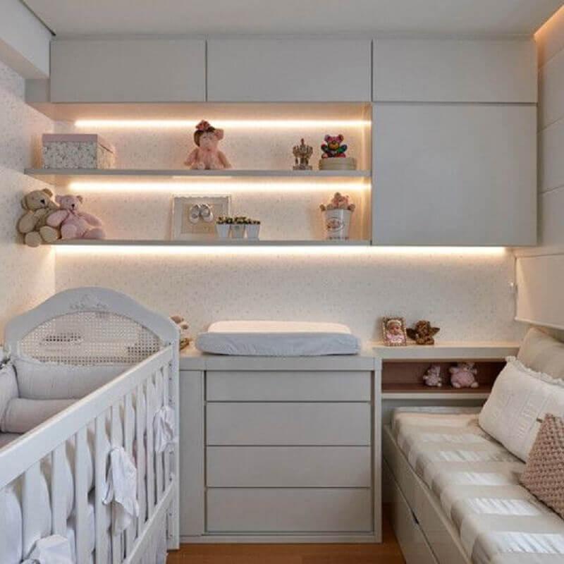 quarto de bebê planejado simples com iluminação led em prateleiras Foto Webcomunica