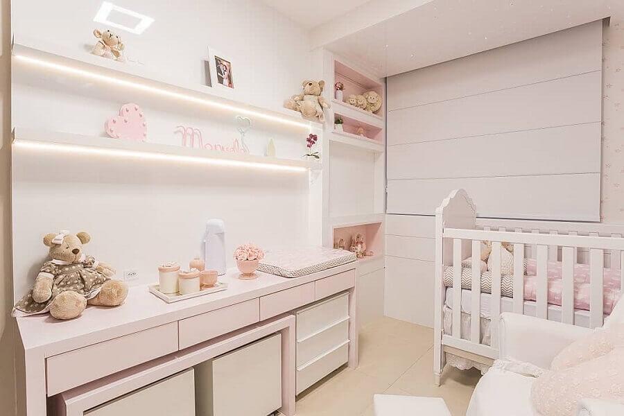 quarto de bebê planejado todo branco com detalhes em cor de rosa Foto Pinterest