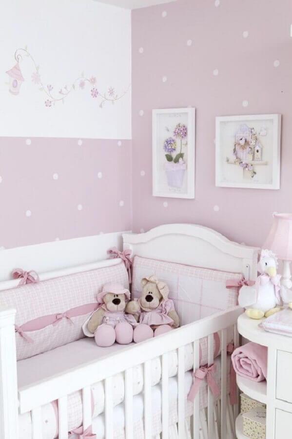 quarto de bebê simples e bonito decorado com papel de parede lilás com bolinhas brancas Foto Ultimas Decoração