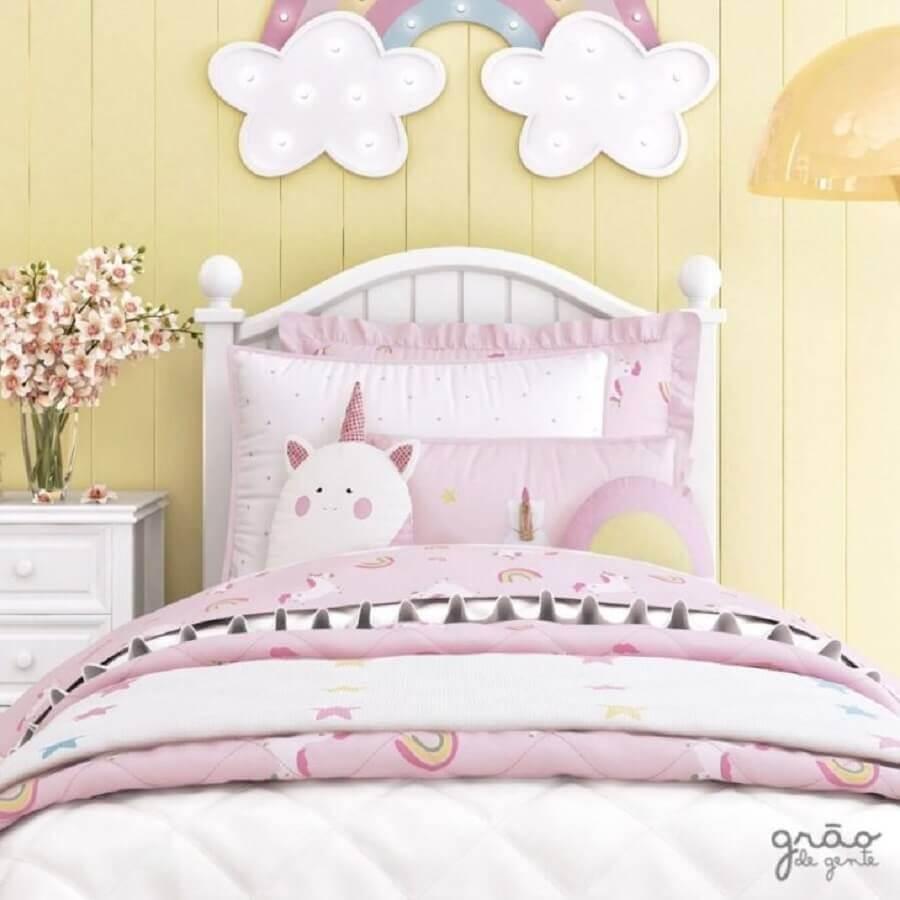 quarto de menina unicórnio decorado em rosa e amarelo Foto Grão de Gente