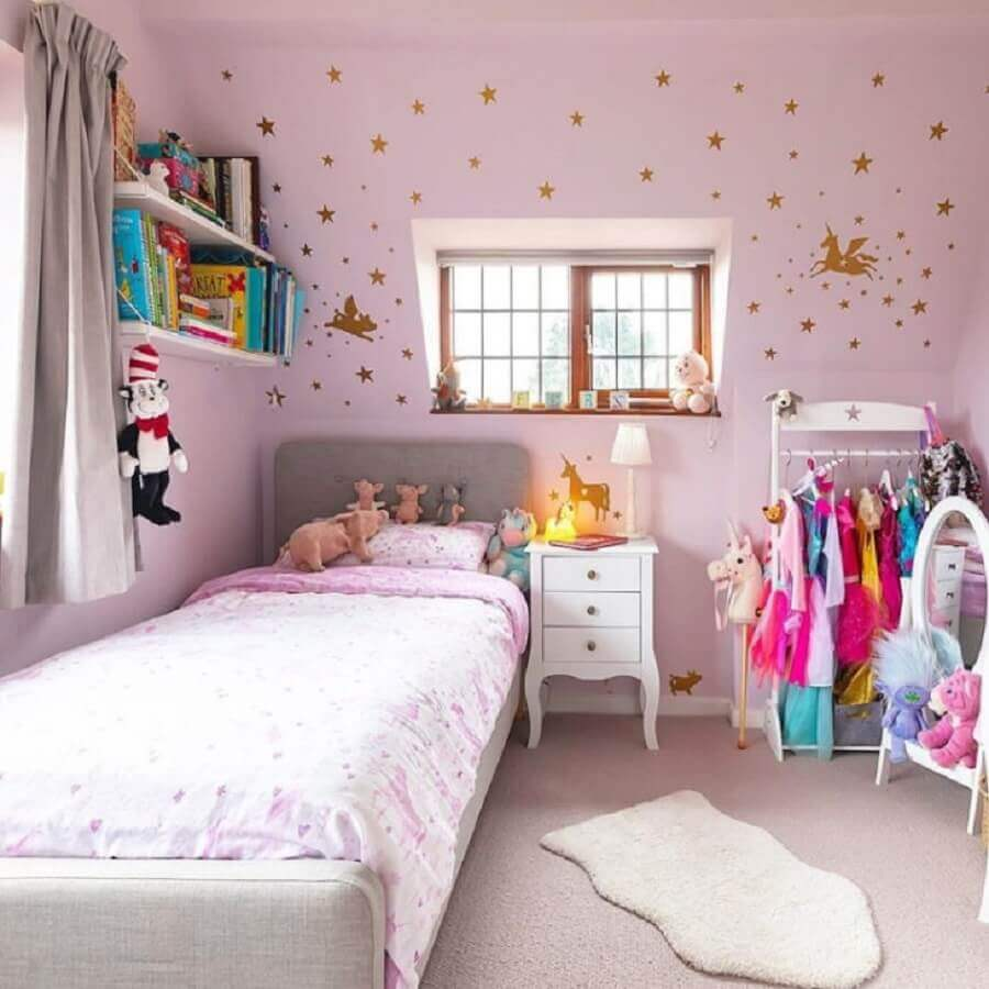 quarto de menina unicórnio simples decorado com adesivos de estrelas douradas em parede rosa Foto Forest View House