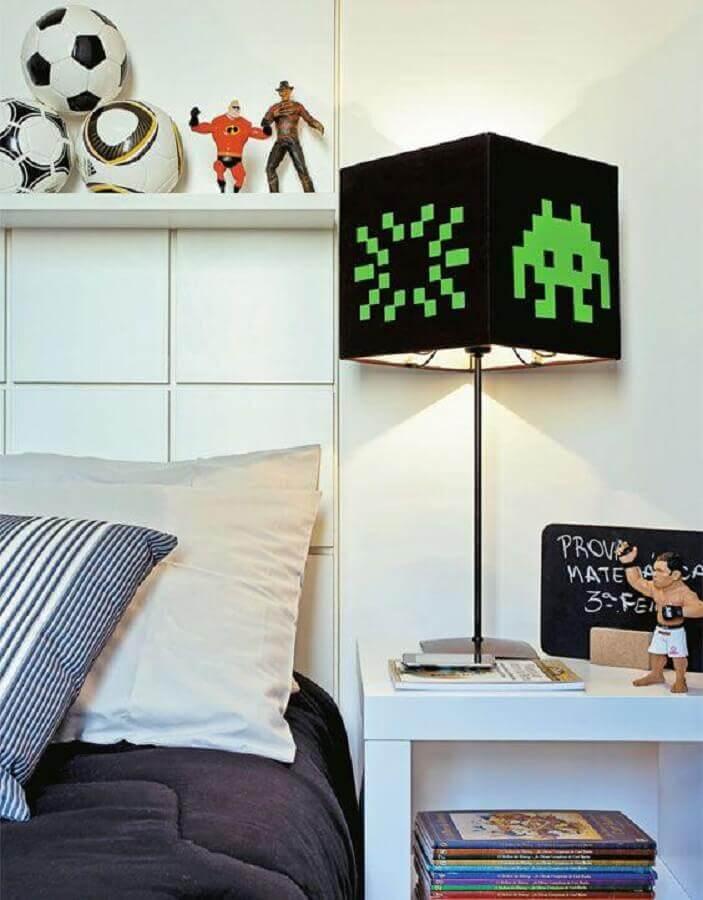 quarto geek decorado com abajur pequeno simples Foto Pinterest