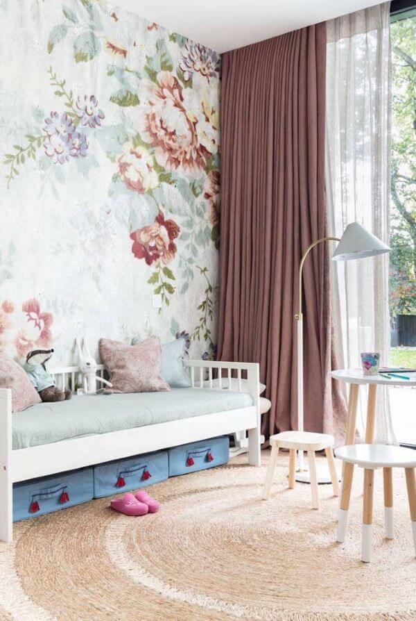 Quarto romântico com cortina marsala