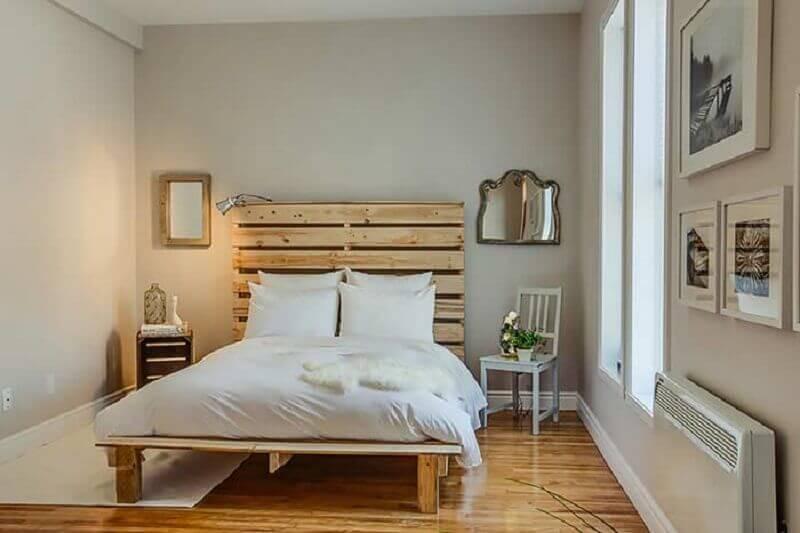quarto simples decorado com cama e cabeceira casal de pallet Foto Houzz