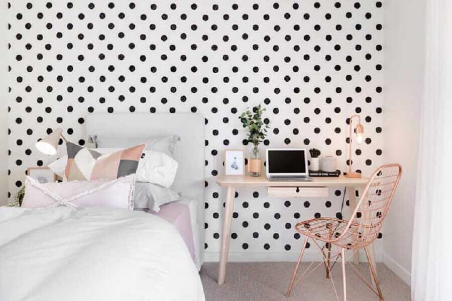 quarto simples e bonito decorado com papel de parede de bolinhas Foto Pinterest