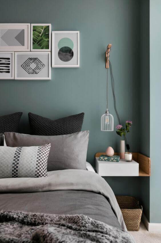 Cama box casal com parede verde no quarto moderno