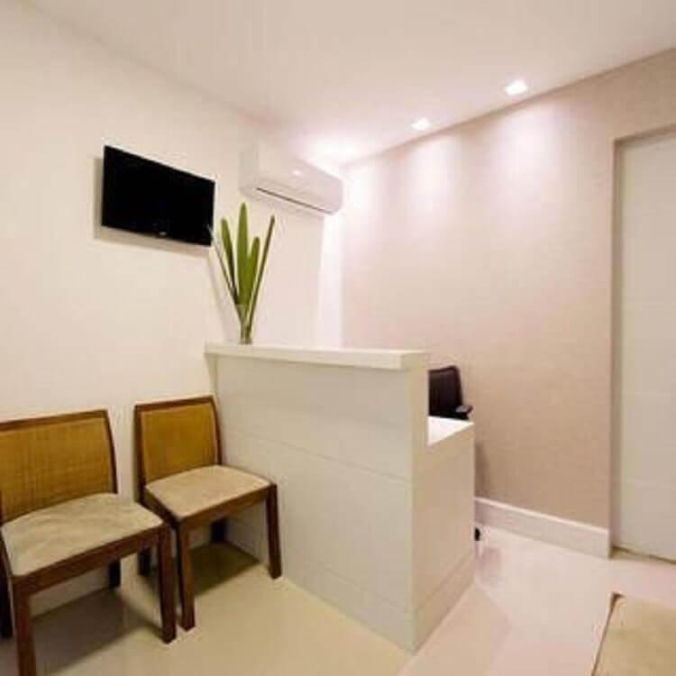 recepção decorada com cadeira de escritório de madeira simples Foto Revista VD