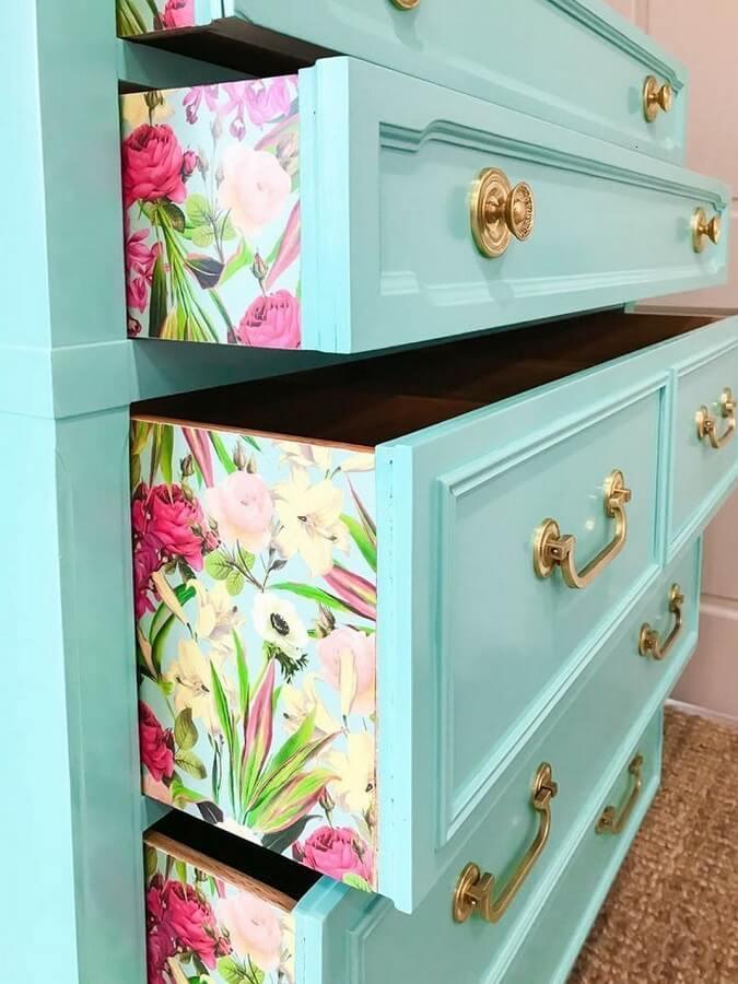retalhos de tecidos florais para cômoda antiga azul