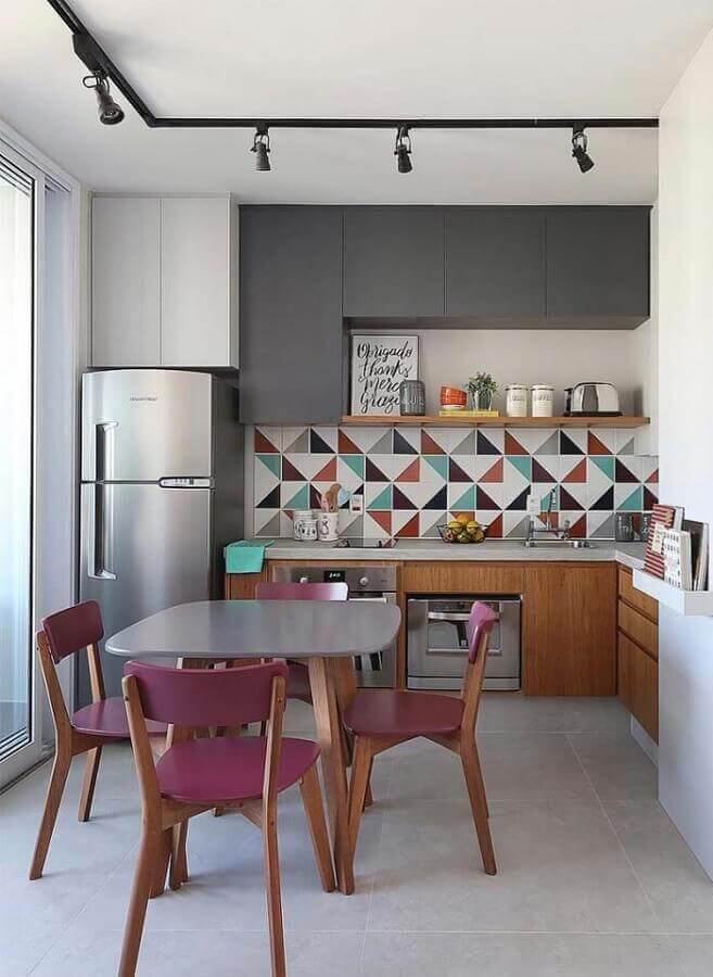 revestimento colorido e armários planejados para cozinha completa em L Foto Juliana Rodrigues Interiores