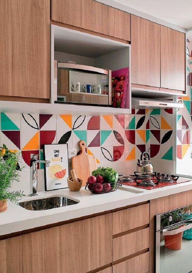 revestimento colorido para decoração de cozinha compacta completa com armários de madeira Foto Minha Casa