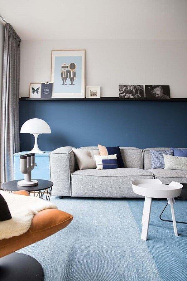 sala azul decorada com abajur branco e sofá cinza Foto Planète Déco