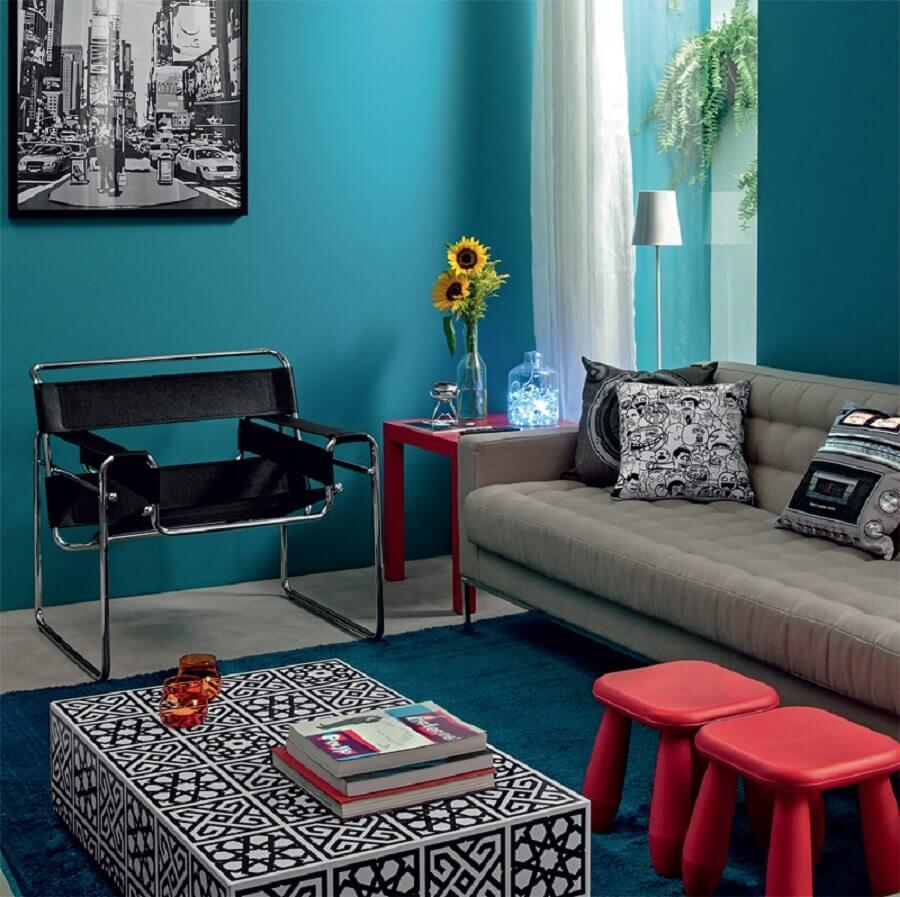 sala azul turquesa decorada com sofá cinza e mesa lateral vermelha Foto Pinterest