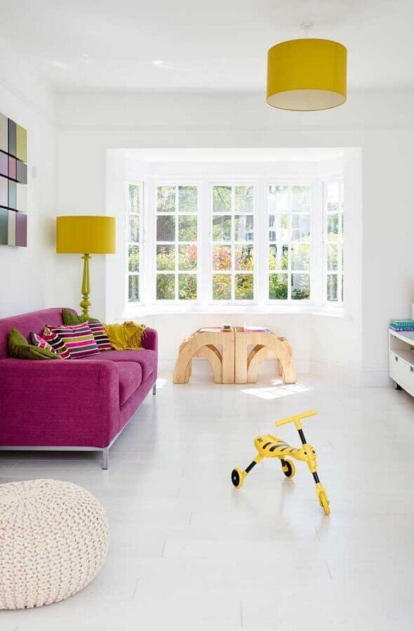 sala branca decorada com sofá rosa e abajures e luminárias amarelo Foto Houzz