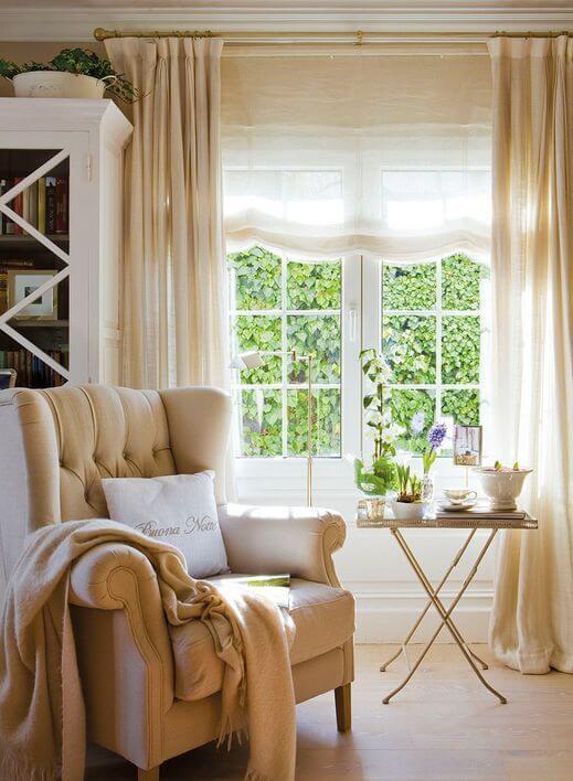 Sala com cortinas bege, combinando com a poltrona