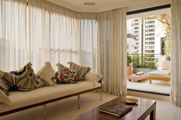 Sala com cortineiro de gesso na janela grande