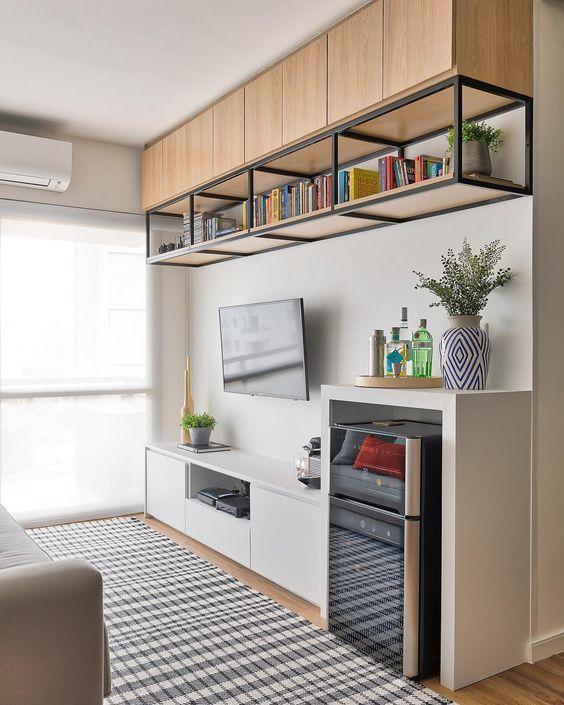 Sala com móveis de ferro e madeira