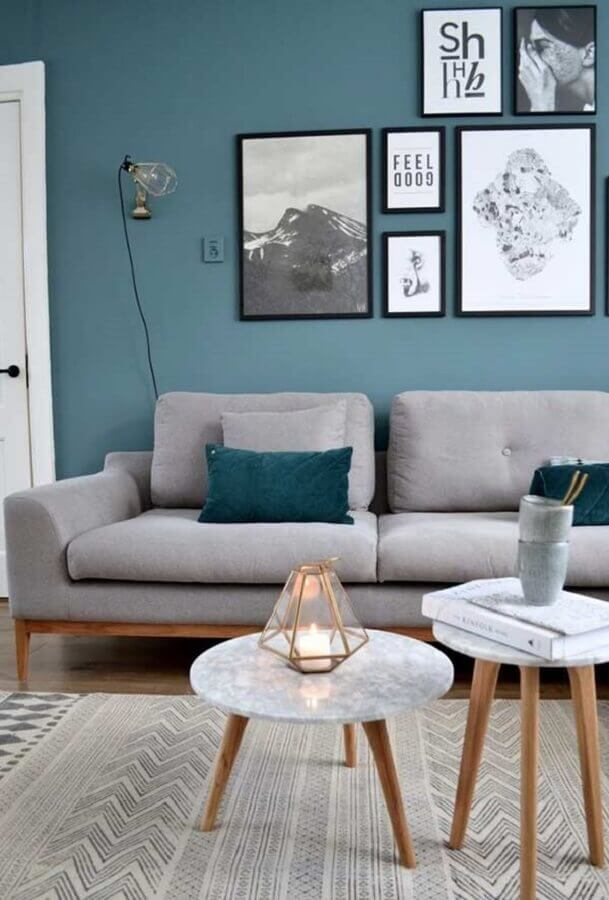 sala com parede azul decorada com sofá cinza e mesa de centro redondo Foto Kris Bristot