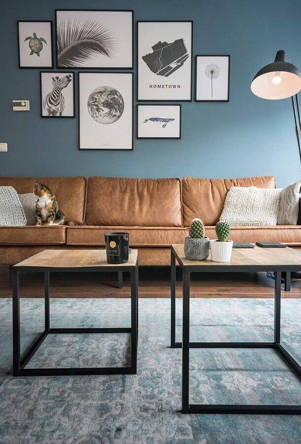 sala com parede azul decorada com sofá marrom Foto Kris Bristot