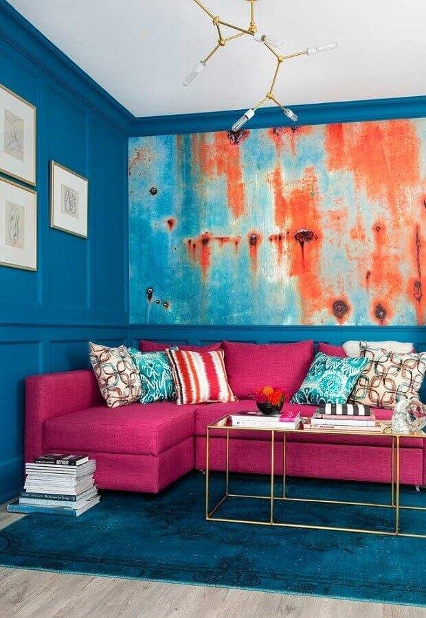 sala com parede azul decorada com sofá rosa de canto  Foto Pinterest