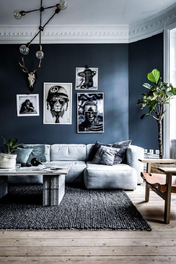 sala com parede azul marinho e sofá cinza moderno Foto Pinterest