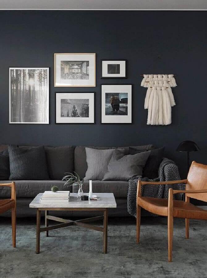 sala de estar decorada com poltronas de madeira parede e sofá cinza chumbo Foto Casa Trés Chic