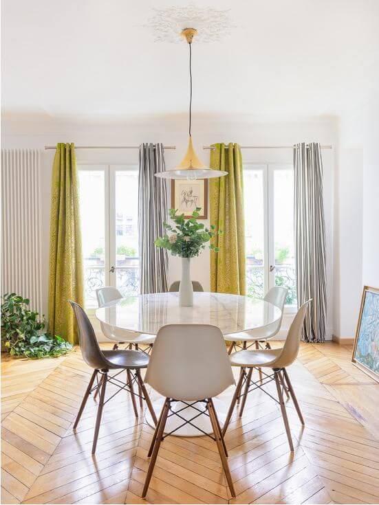 Sala de jantar com cortinas modernas