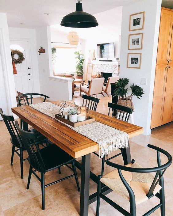 Sala de jantar com móveis de ferro e cadeira de madeira