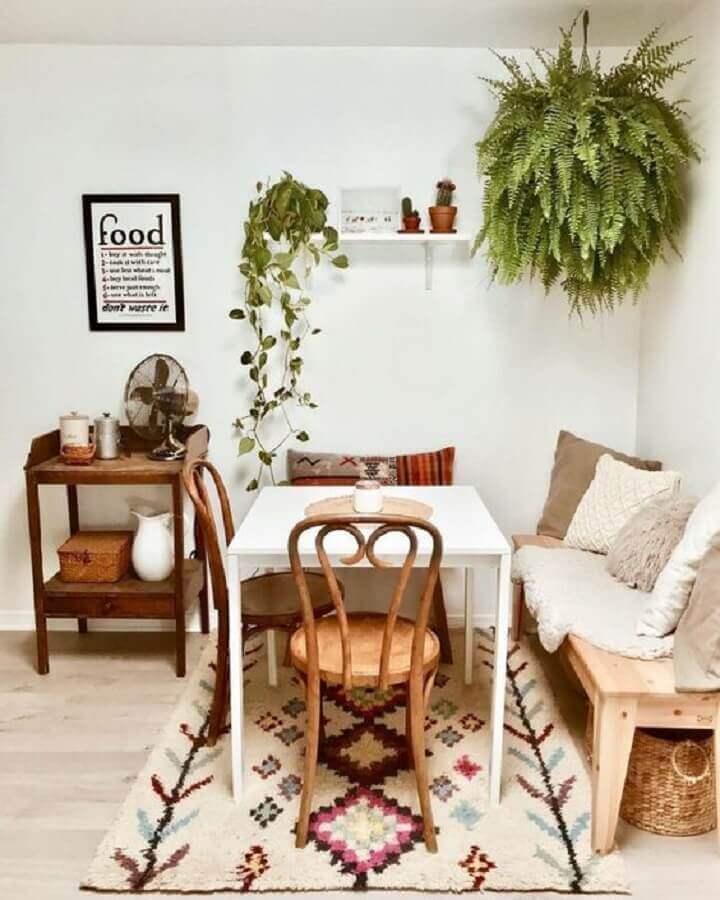 sala de jantar simples toda branca decorada com plantas pendentes