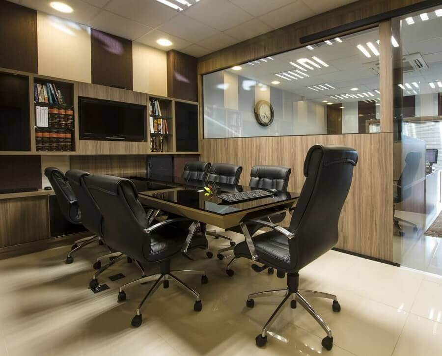 sala de reunião com conjunto de cadeira de escritório confortável preta Foto D'Rocha Móveis