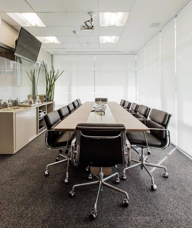 sala de reunião decorada com cadeira de escritório preta estofada confortável Foto Sesso & Dalanezi Arquitetura+Design