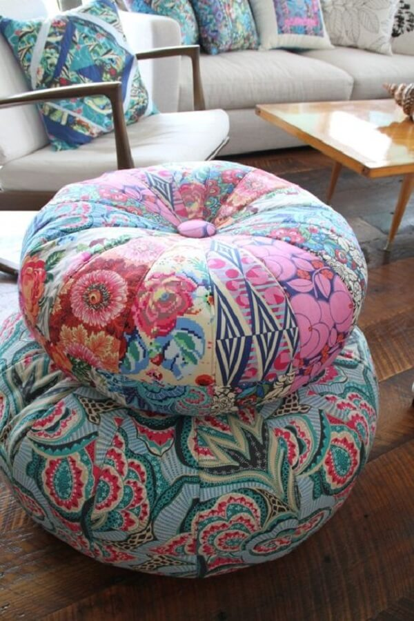 sala decorada com poltrona de madeira e puff redondo de retalhos de tecidos