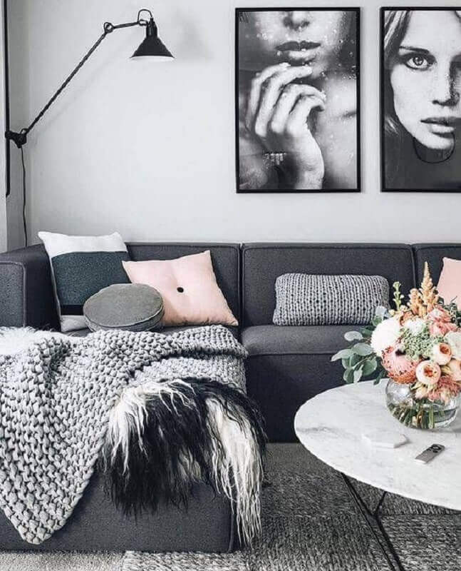 sala decorada com sofá cinza chumbo de canto com várias almofadas Foto Pinterest