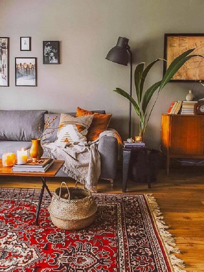sala decorada com sofá cinza e tapete persa Foto A Casa Delas