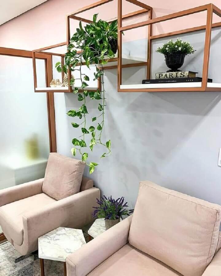 sala moderna decorada com plantas pendentes em nicho rose gold Foto Histórias de Casa