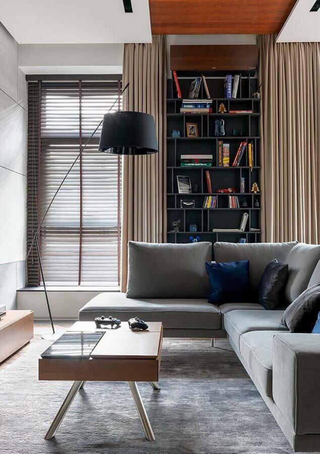 sala moderna decorada com sofá cinza de canto e abajur preto de chão Foto Webcomunica