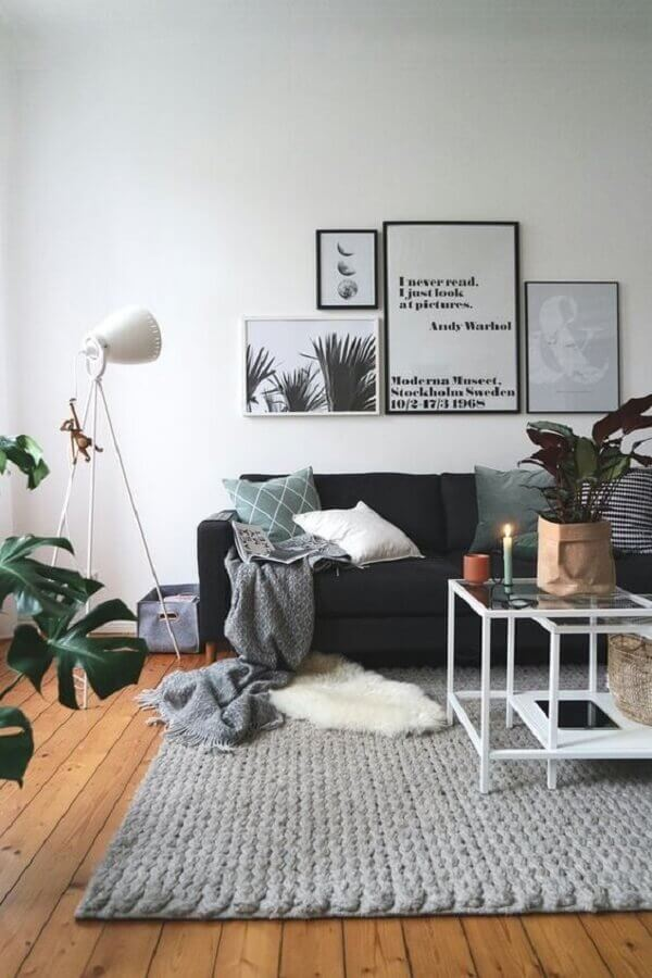 sala simples decorada com tapete de crochê cinza Foto Pinterest