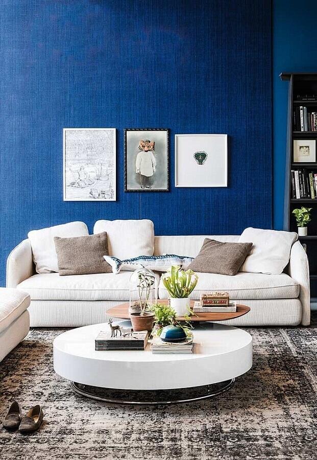 sofá branco para sala com parede azul Foto Pinterest