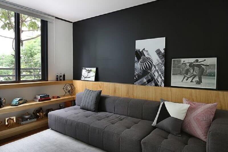 sofá cinza chumbo modular para sala com detalhes em madeira Foto Pinterest
